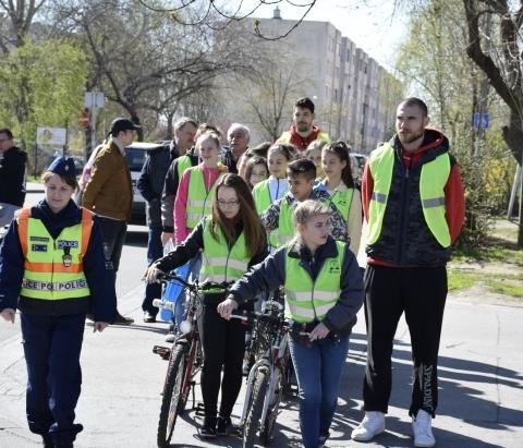 Az Olaj játékosai hívták fel a figyelmet a helyes kerékpáros közlekedésre