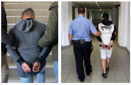 Fiatalok loptak meg egy fiút a játszótér közelében