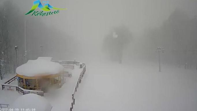 Nézze meg itt, hogy esik a hó a Kékestetőn