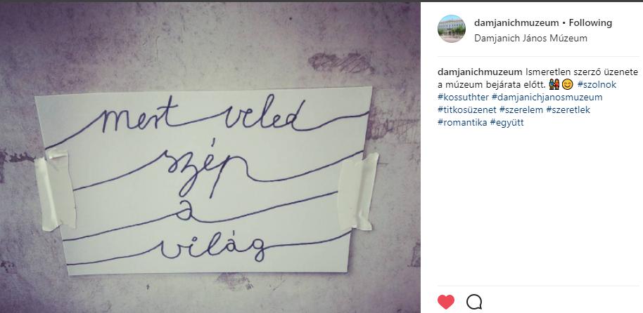 Titkos hódoló üzent a Damjanich János Múzeum bejárata előtt szerelmének