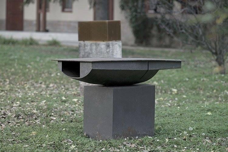 Vas szobrokat loptak a Szolnoki Művésztelep kertjéből