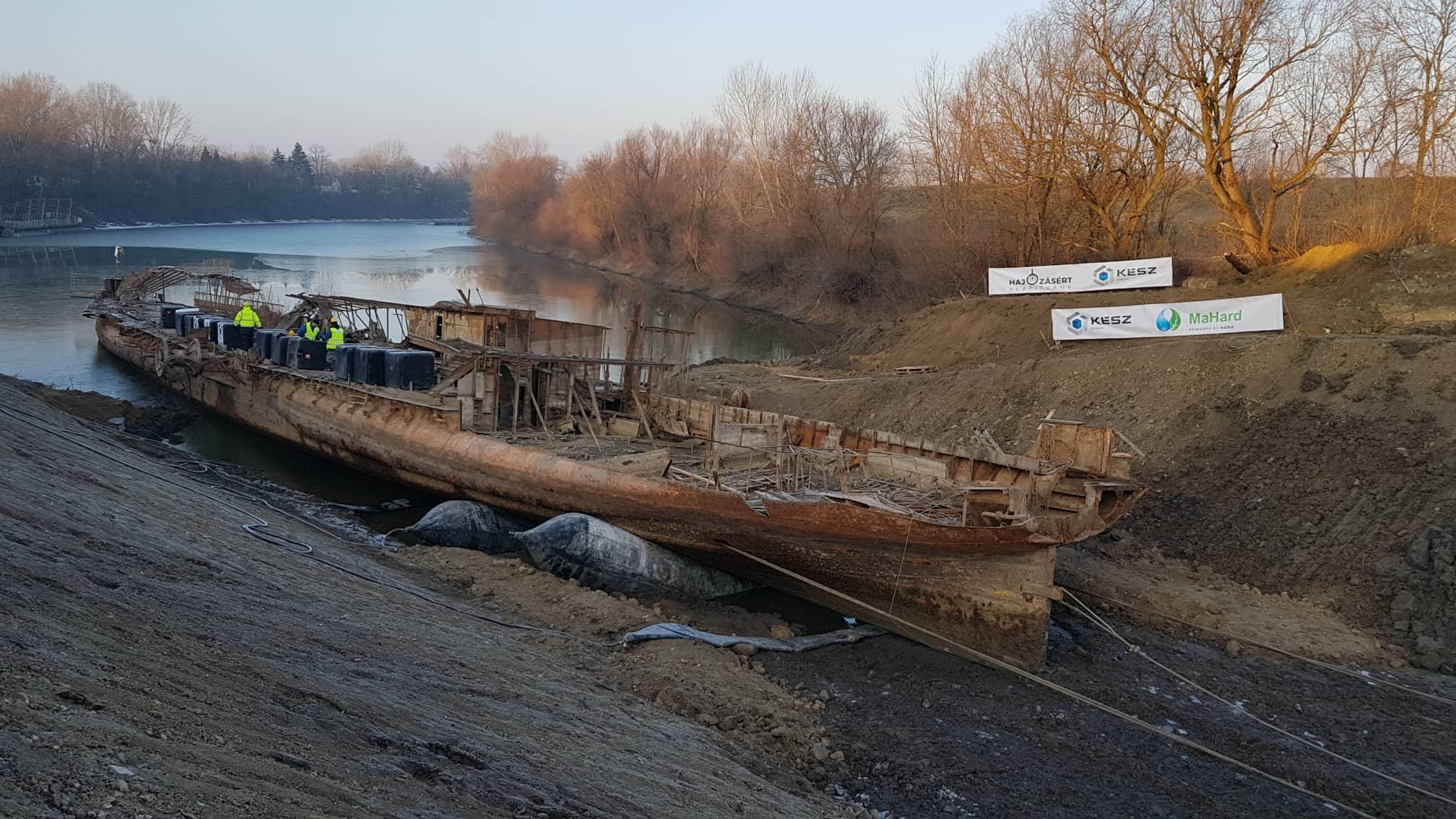 Parta vontatják az elsüllyedt legnagyobb magyar gőzhajót, a Szőke Tiszát