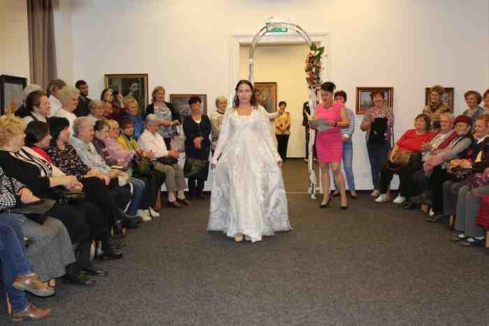 4d8b3a1bcd Csipkék csacsogása - esküvői ruha bemutató volt a Damjanich János Múzeumban